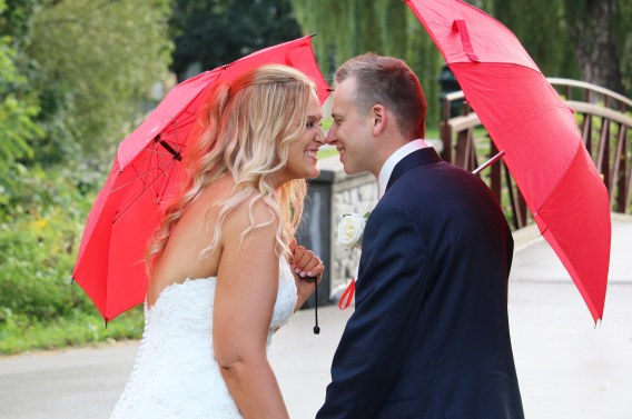 Bride and groom on a rainy day at Kiwanis Park by Columbia Photos